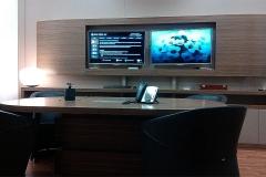 Sala riunioni, in noce canaletto, con parete attrezzata per video conferenze