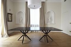 Tavolo in palissandro con basi in massello, finiture ottone