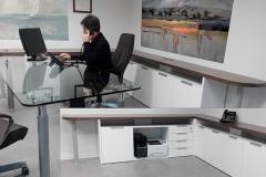 Ufficio direzionale laccato, contenitori cablati modulari - top in noce nazionale