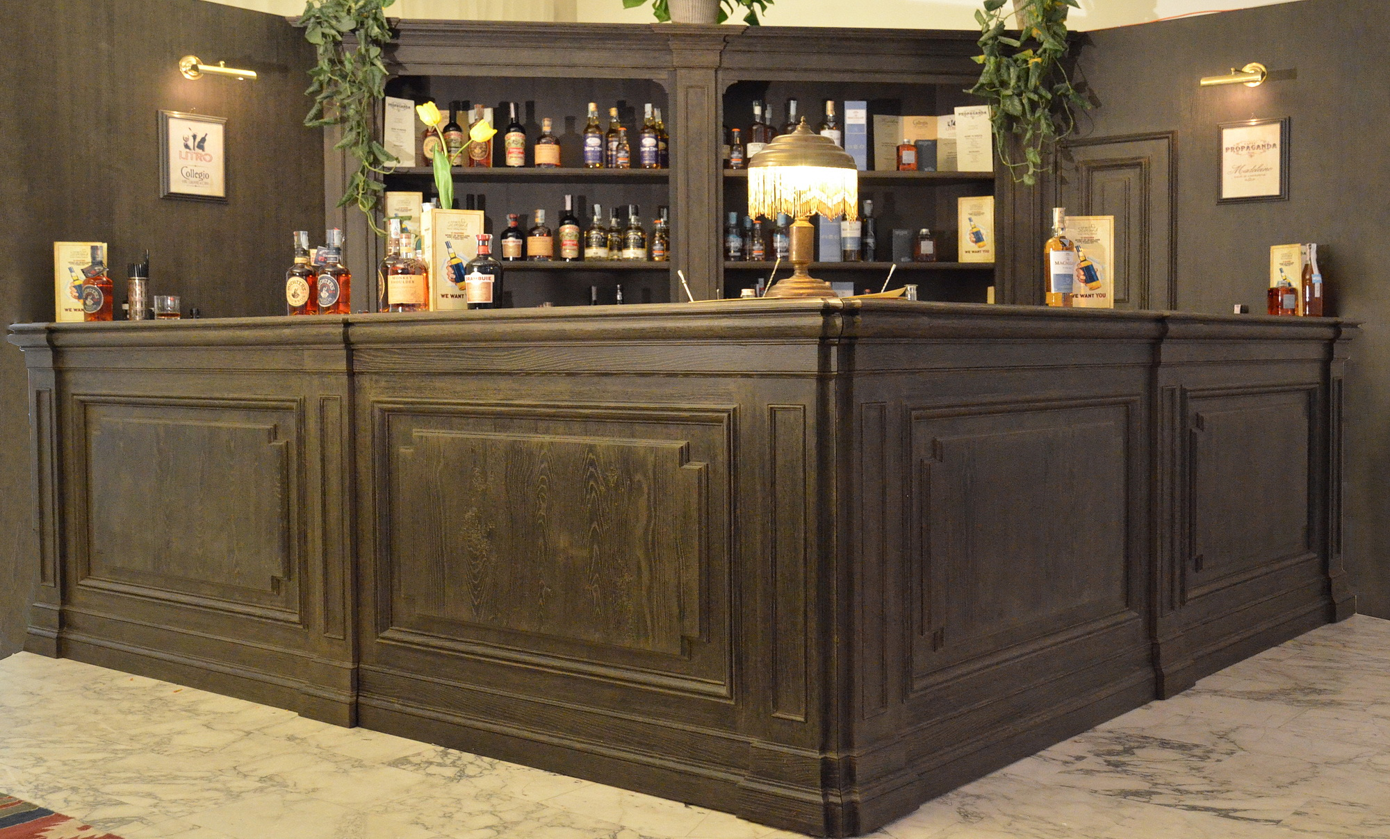 banco bar in rovere con bugnature e stigliatura in massello