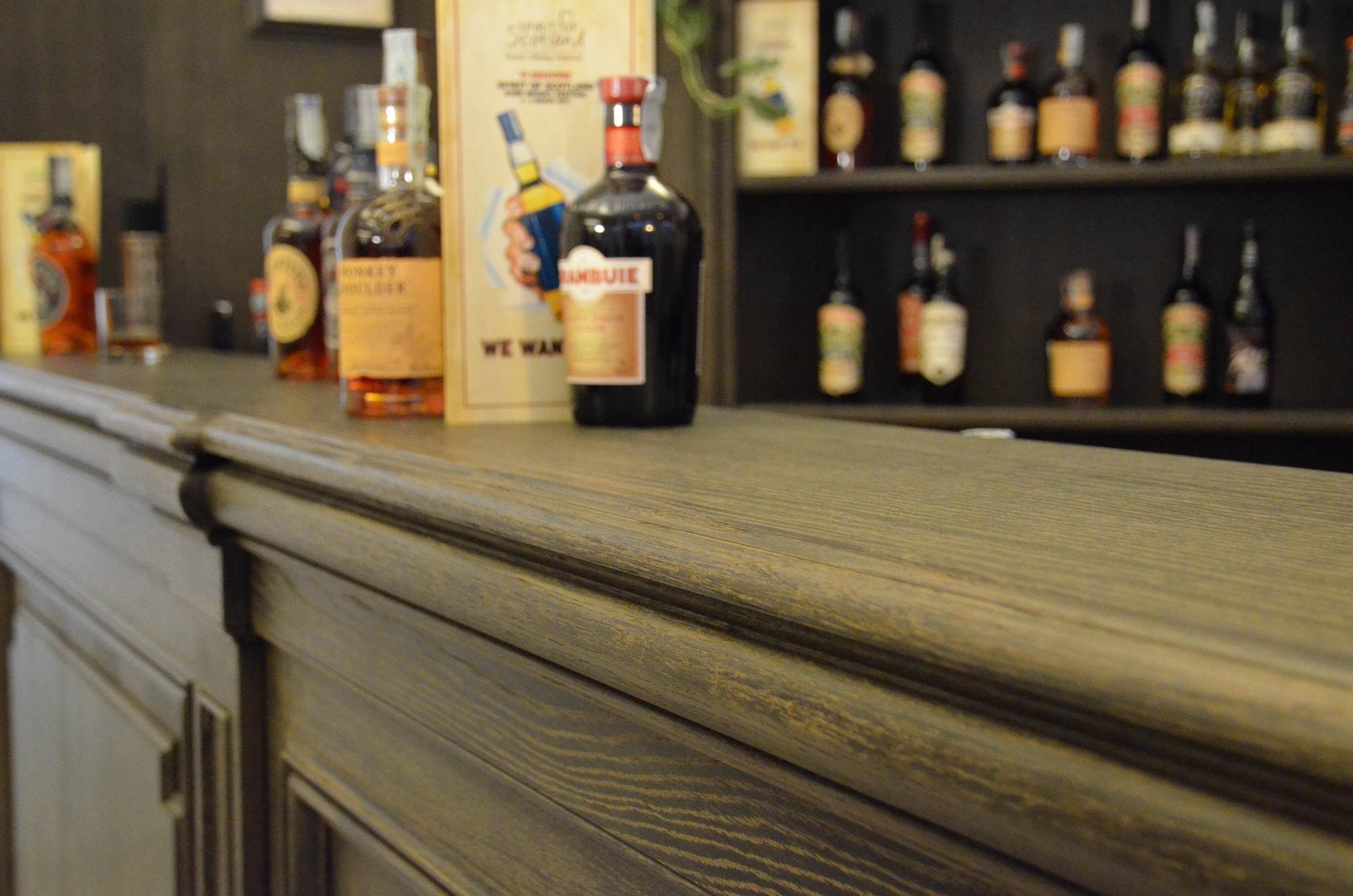 banco bar in rovere con bugnature e stigliatura in massello - dettaglio